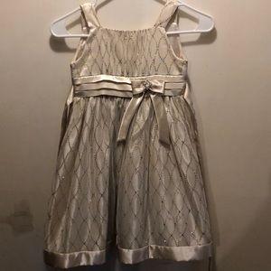 Beautiful size 6 flower girl dress.